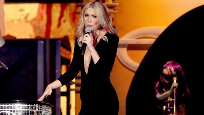 Aksi Gwyneth Paltrow di Grammy Awards 2011