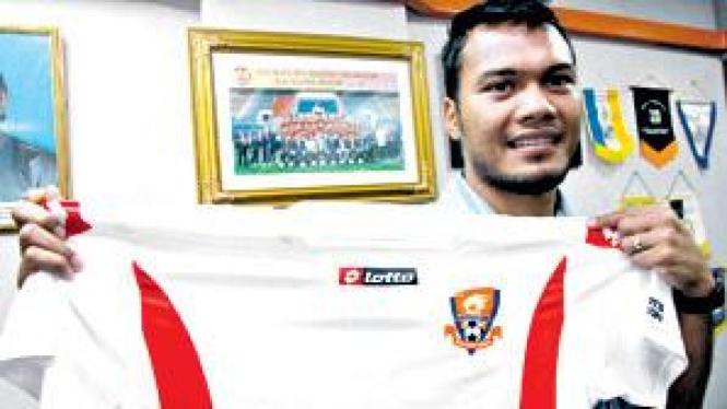 Safee Sali memamerkan seragam barunya di Pelita Jaya
