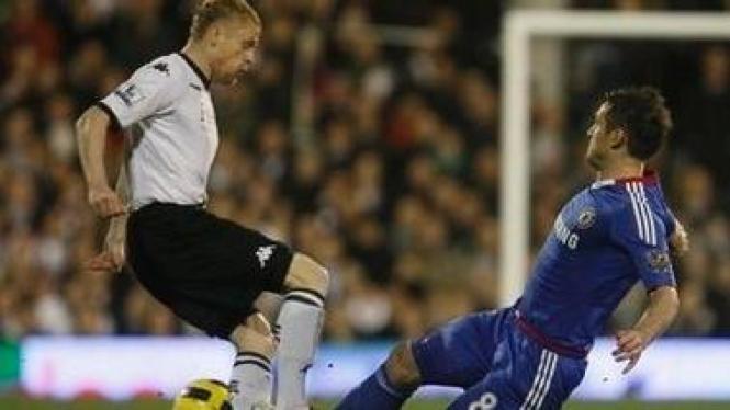 Pemain Fulham Damien Duff (putih) dengan Frank Lampard
