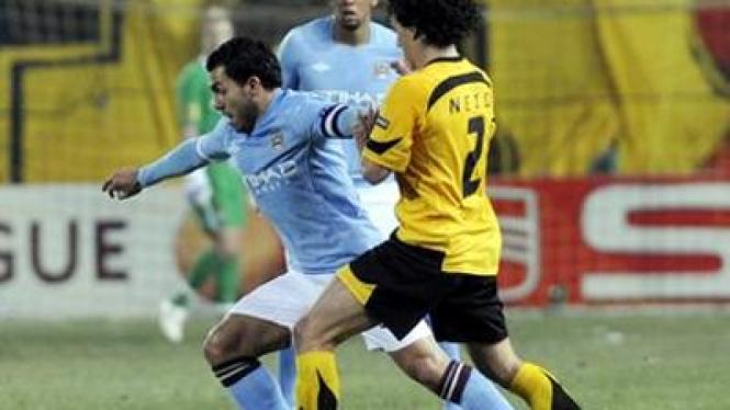 Carlos Tevez (City/kiri) dan Darcy Neto (Aris)