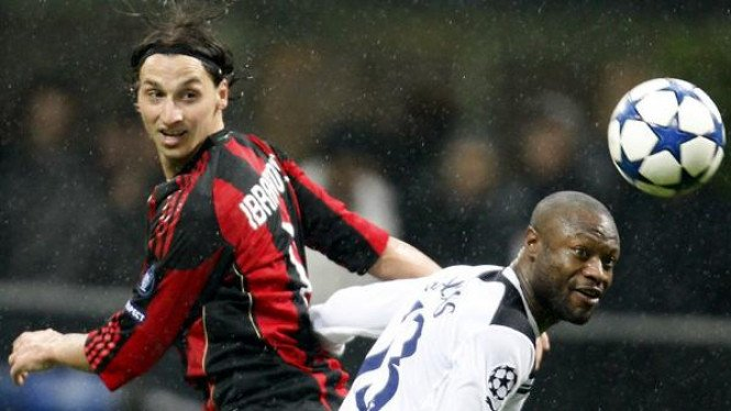 Zlatan Ibrahimovic (Milan/kiri) dan William Gallas (Spurs)