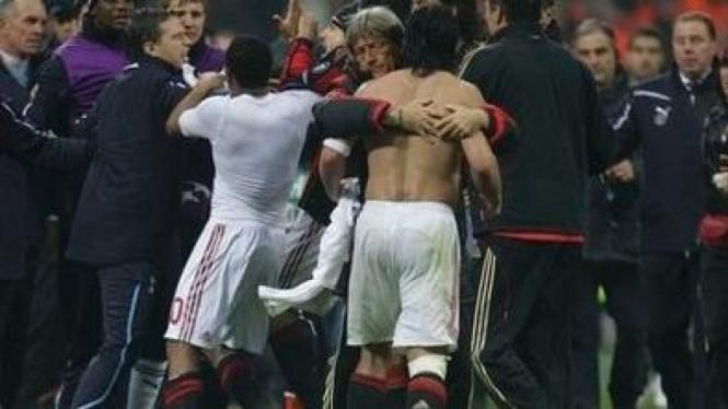 Gennaro Gattuso (telanjang dada) nyaris berkelahi dengan pemain Spurs