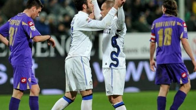 Giampaolo Pazzini (kiri) usai mencetak gol ke gawang Fiorentina