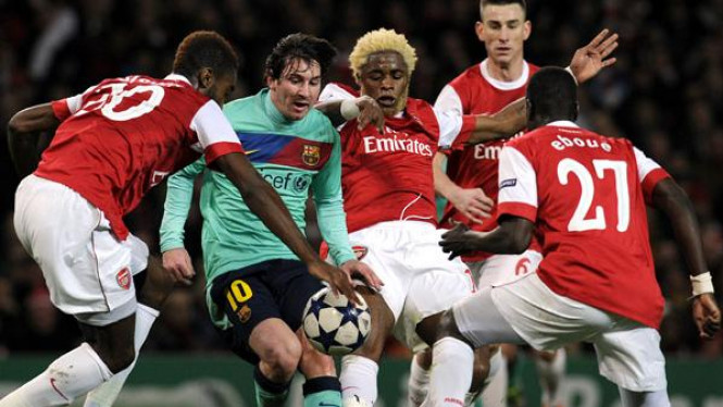 Lionel Messi (Arsenal/hijau) dikerumuni Djourou, Song dan Eboue