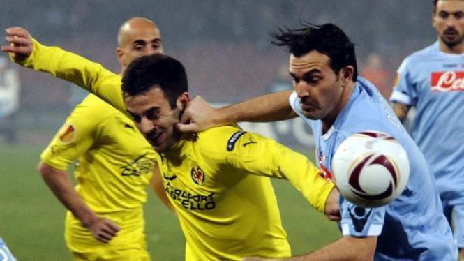Salvatore Aronica (Napoli/kanan) berebut bola dengan Giuseppe Rossi (Villarreal)
