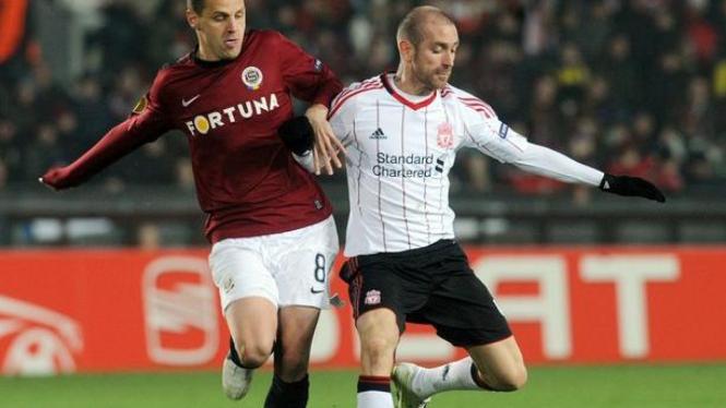 Raul Meireles (kanan) berebut bola dengan pemain Sparta Prague
