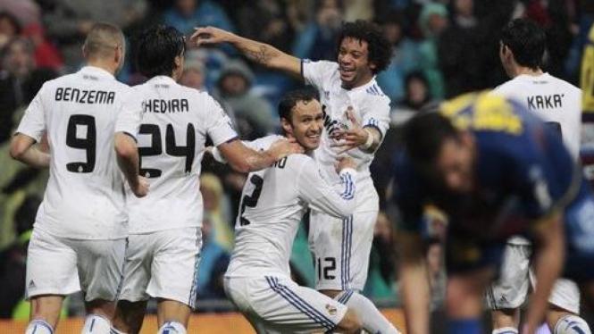 Pemain Real Madrid rayakan gol Ricardo Carvalho
