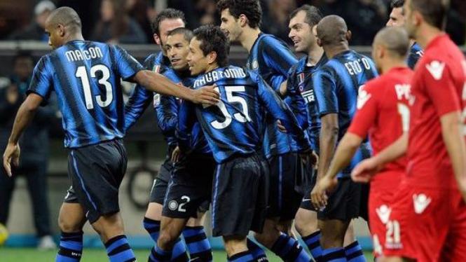 Pemain Inter Milan merayakan gol Houssine Kharja