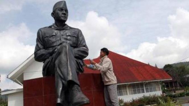Patung Soekarno di rumah pengasingannya di Desa Laugumba, Berastagi, Karo, Sumut