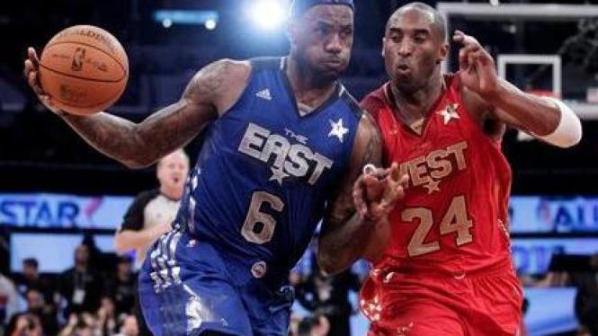 Kobe Bryant (merah) berduel dengan LeBron James di NBA All-Star 2011