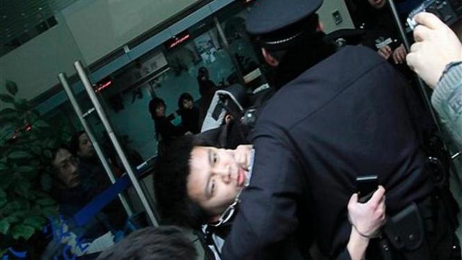 Polisi China meringkus seorang demonstran di Kota Shanghai