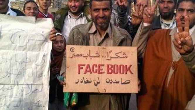 Grafiti 'Thank You Facebook' yang dibuat pasca turunnya Husni Mubarak