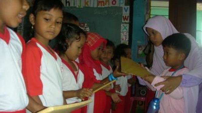 Siswa TK Menyerahkan Buku