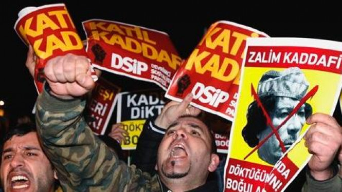 """Demonstran mengacungkan poster """"Khadafi Pembunuh"""" di Turki"""