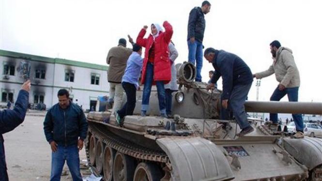 Warga Libya menaiki tank dalam aksi protes di Kota Benghazi