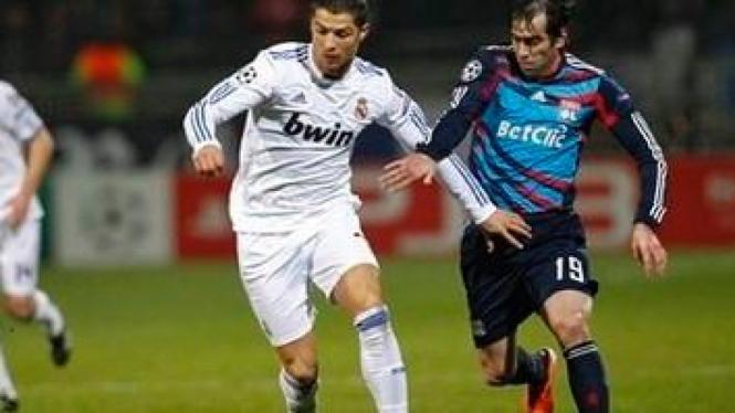 Cristiano Ronaldo (putih) dan pemain Lyon Cesar Delgado
