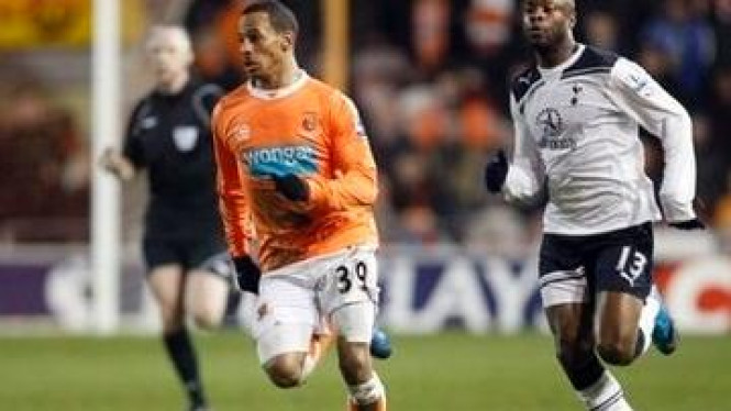 Pemain Blackpool DJ Campbell (orange) dan pemain Spurs William Gallas