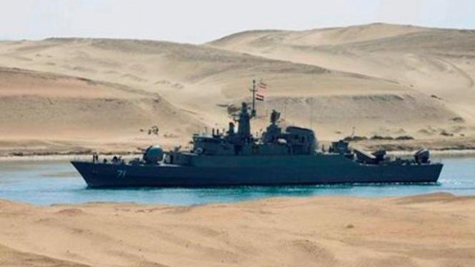 Kapal fregat Angkatan Laut Iran melintas Terusan Suez