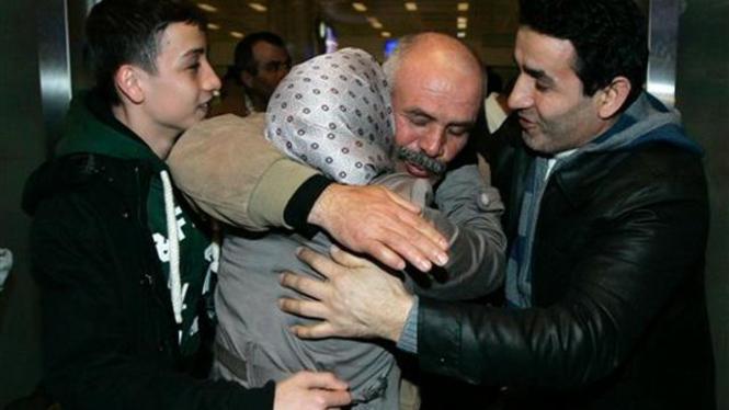Seorang pria di Turki menyambut kerabat yang mengungsi dari Libya