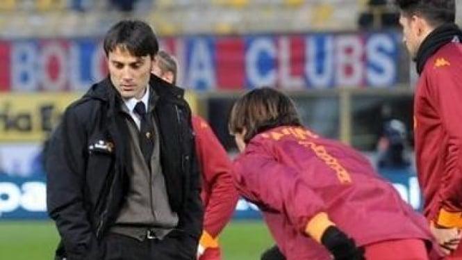 Vincenzo Montella (hitam) dan pemain AS Roma
