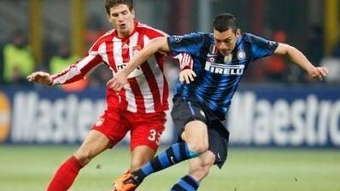 Pemain Inter Milan Lucio (hitam biru) dan pemain Bayern Munich