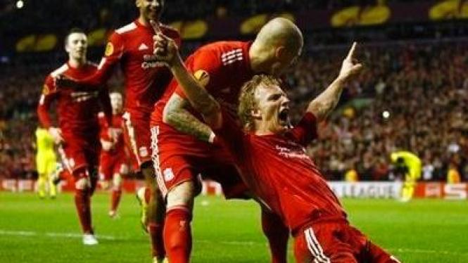 Pemain Liverpool merayakan gol Dirk Kuyt (bawah)