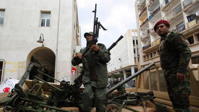 Warga Libya mengambil senjata milik militer.