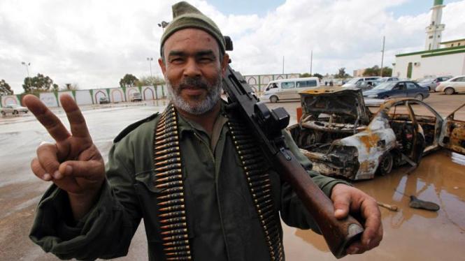 Warga Libya memegang senjata.
