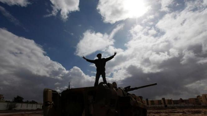 Warga Libya menaiki tank milik militer.