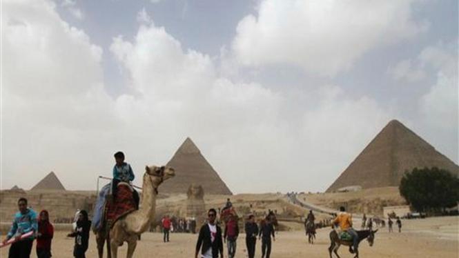 Sejumlah turis mengunjungi kompleks piramid Giza, Mesir