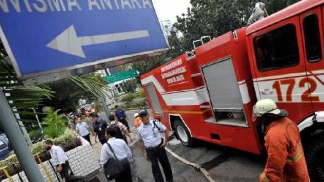 Petugas pemadam kebakaran di Wisma Antara
