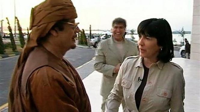 Muammar Khadafi bersalaman dengan wartawati senior ABC News