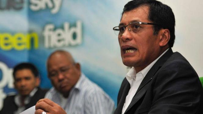 Ketua Umum PSSI Nurdin Halid (kanan)