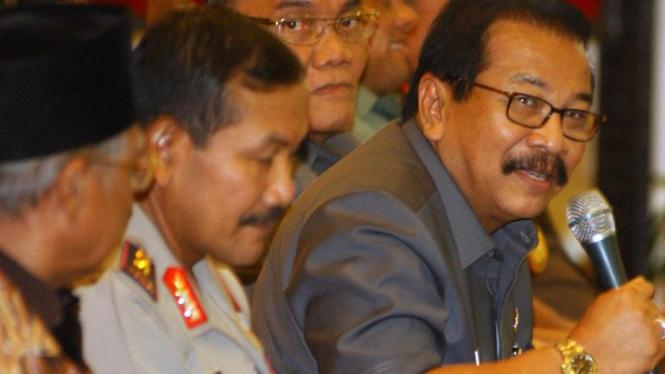 Gubernur Jawa Timur Soekarwo (kanan)