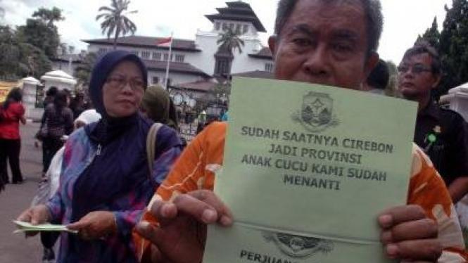 Warga bagikan selebaran tuntut pendirian Provinsi Cirebon