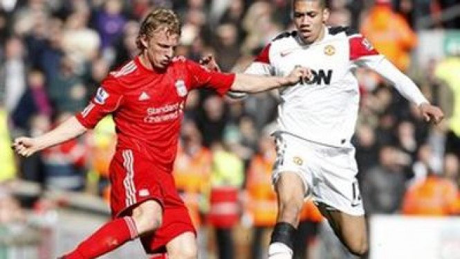 Dirk Kuyt (Liverpool/kiri) dan Chris Smalling (Man Utd)