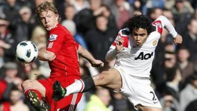 Dirk Kuyt (Liverpool/kiri) dan Rafael (Man Utd)