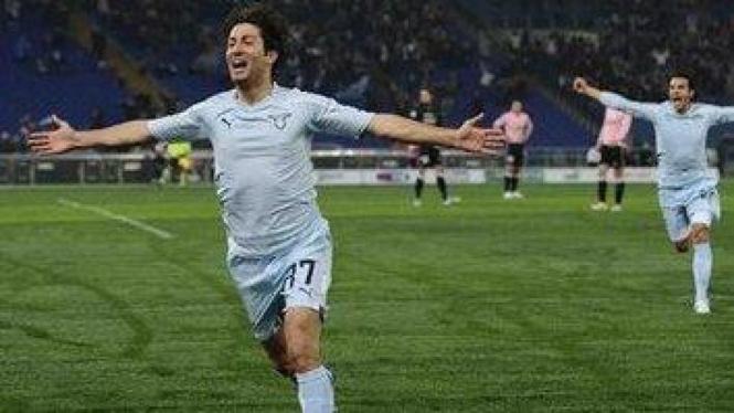 Giuseppe Sculli merayakan gol ke gawang Palermo