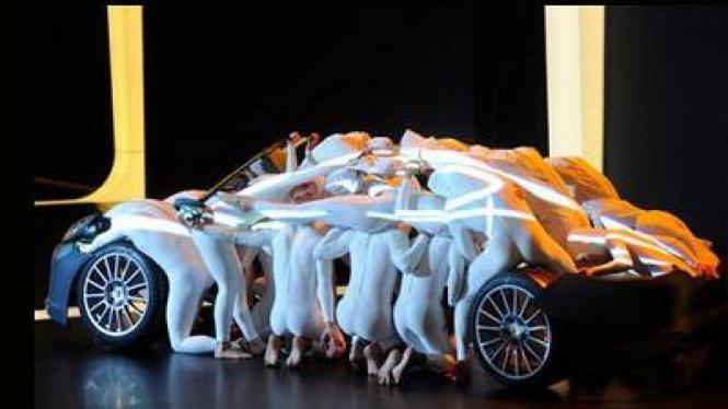 Tarian akrobatik pada pembukaan Geneva International Motor Show 2011