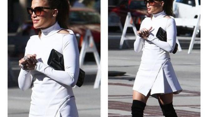Jennifer Lopez Memakai Turtle Neck Putih
