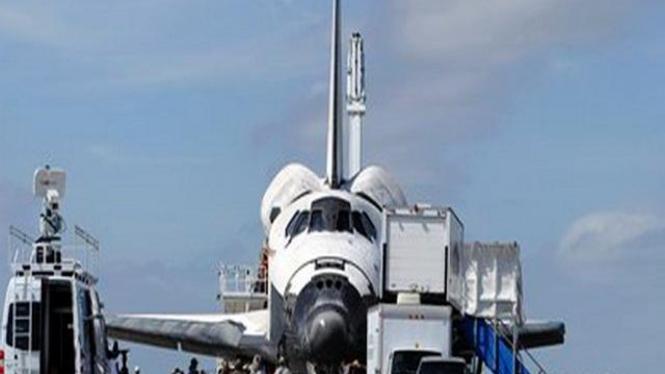 Pesawat ulang-alik Discovery mendarat dengan mulus di Florida, AS