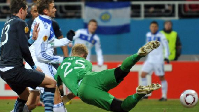 Andriy Shevchenko (putih) jebol gawang Joe Hart