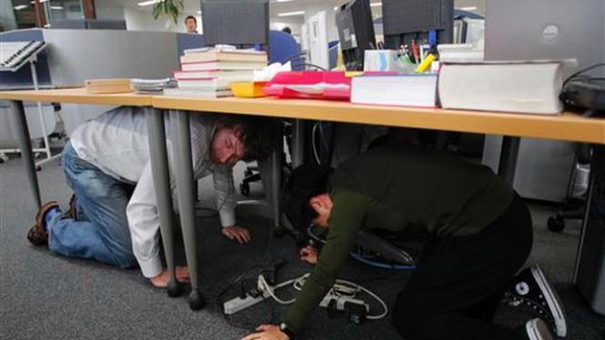 Warga Jepang berlindung di bawah meja saat diguncang gempa bumi