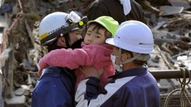 Tim SAR selamatkan seorang bocah di Kesennuma, Jepang, setelah gempa