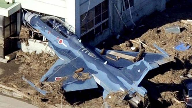 Pesawat Militer Jepang hanyut terseret tsunami