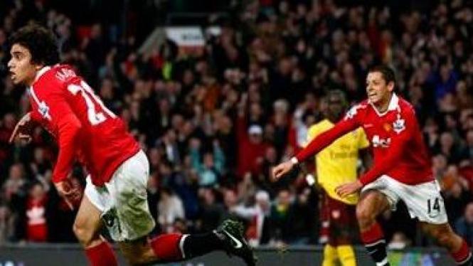 Fabio da Silva (kiri) merayakan gol pertama MU ke gawang Arsenal