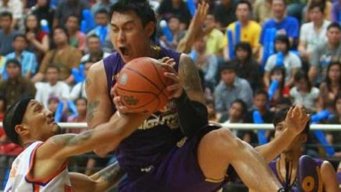 Pemain CLS Knights Sandy Febiansyakh (memegang bola)