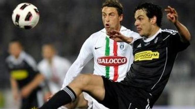 Claudio Marchisio (Juventus/Putih) berebut bola dengan pemain Cesena