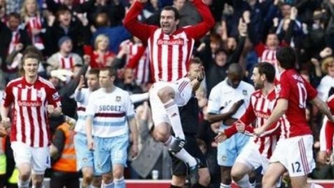 Danny Higginbotham (lompat) merayakan gol kemenangan Stoke atas West Ham