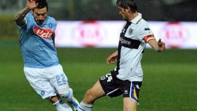 Ezequiel Lavezzi (Napoli/Kiri) berusaha melewati pemain Parma